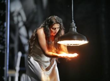 Lady Macbeth, hantée par le souvenir de son crime, voit ressurgir des tâches de sang sur ses mains